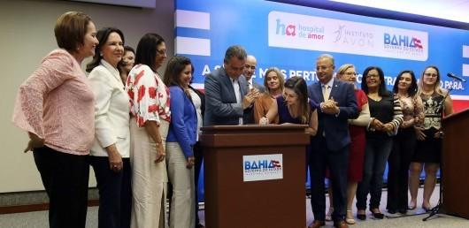 Даніела Грелін, виконавчий директор Avon Brazil, підписала угоду про партнерство з лікарнею де-Амор і урядом штату Баїя
