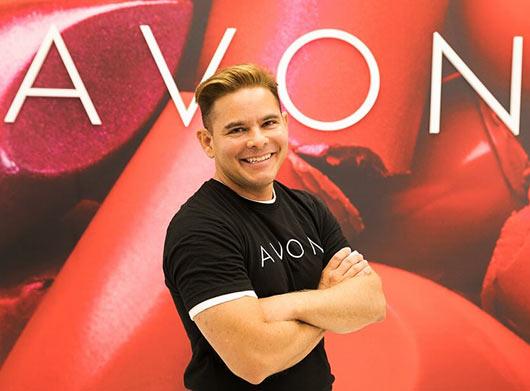 Гектор Симанкас для проекта Runway Lead Avon Makeup Artist