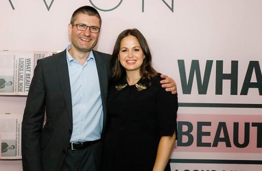 Представитель AVON Джованна Флетчер и генеральный директор AVON Великобритания Мэтью Комард